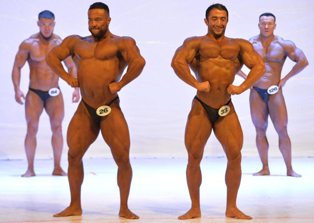 Bişkek'in ev sahipliği yaptığı yarışmanın katılımcıları, uzun uğraşlar sonucu elde ettikleri vücut görünümlerini podyumda sergiledi.