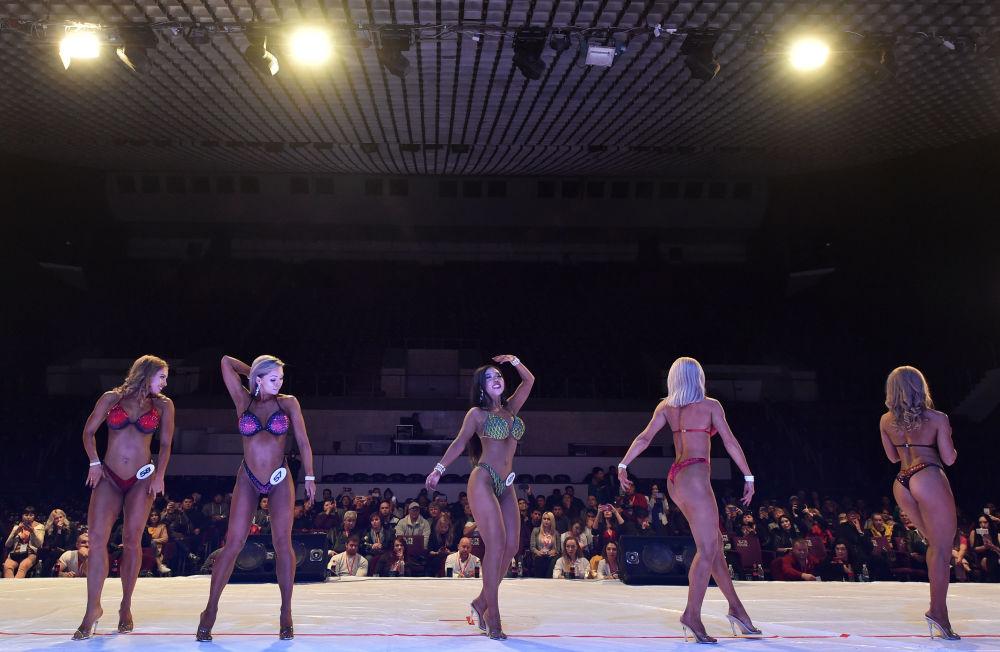 Bişkek'te düzenlenen Bikini fitness Vücut Geliştirme Yarışması'nın kadın katılımcıları sahnede.