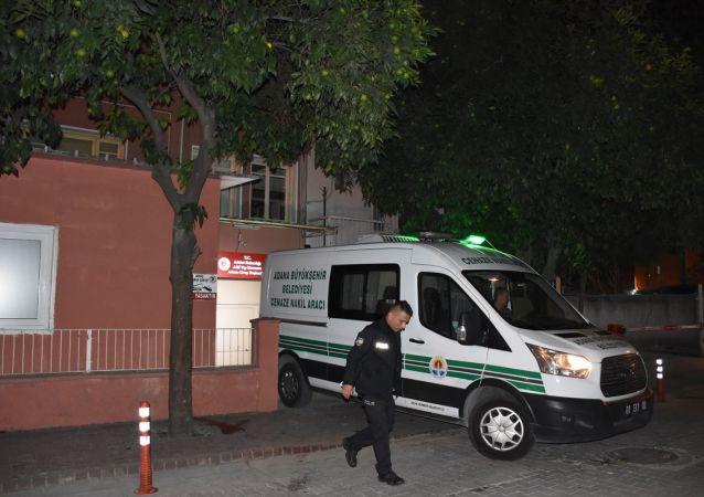 Adana'nın merkez Yüreğir ilçesinde iki aile arasında çıkan kavgada 1 kişi öldü, 1 kişi yaralandı.