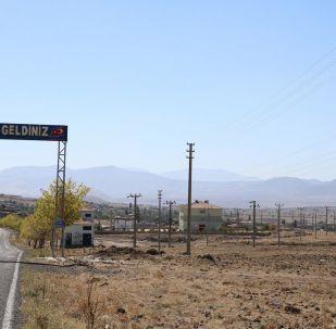 Nevşehir'in Acıgöl ilçesinde 945 nüfuslu Kurugöl köyünde 1100 elektrik direği bulunuyor. Bu nedenle 'direkli köy' diye de adlandırılıyor.