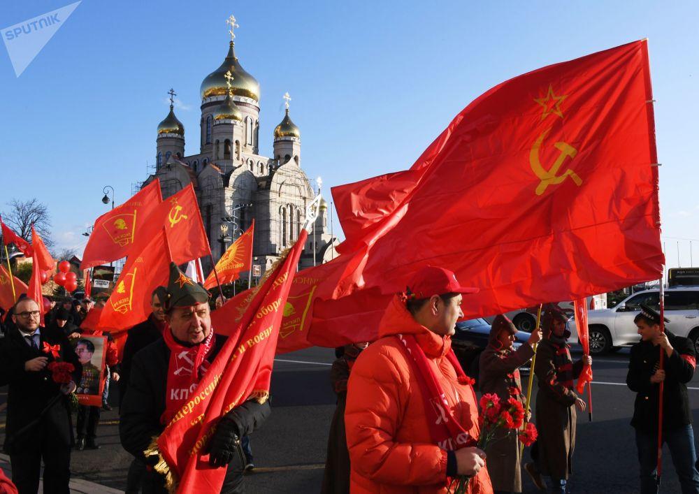 Bugün 102. yıldönümünde anılan 1917 Ekim Devrimi, yalnızca Rusya'nın değil, dünyanın da tarihini değiştiren olaylardan biri olarak kabul ediliyor. Devrimden sonra 1922 yılında  Sovyet Sosyalist Cumhuriyetler Birliği (SSCB) kuruldu.