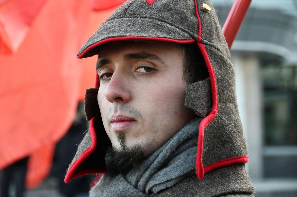 Vladivostok kentinde Ekim Sosyalist Devrimi'nin 102. yıldönümü nedeniyle gerçekleşen gösteri katılımcılarından biri.