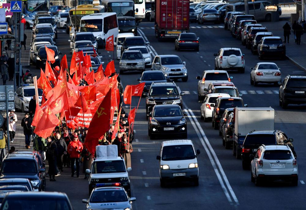 Rusya'da 7 Kasım 1917'de yapılan Ekim Sosyalist Devrimi'nin 102.  yıldönümünde Vladivostok kentinde Rusya Komünist Partisi destekçileri  tarafından  düzenlenen yürüyüş.