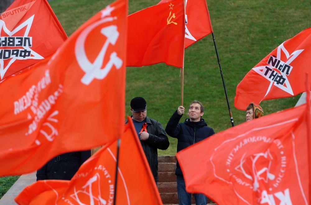 1917 Rus Devrimi ve etkileri bugün halen tartışılmaya devam ediyor.  Fotoğrafta: Kazan kentinde  Ekim Devrimi'nin yıldönümü nedeniyle Rusya Komünist Partisi yanlıları tarafından düzenlenen miting katılımcıları.