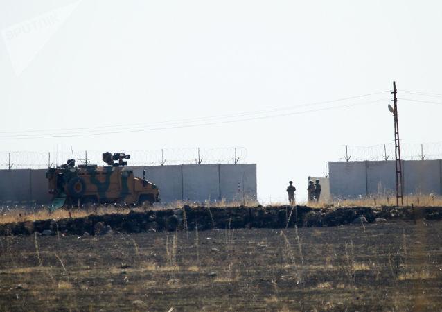 Suriye'nin kuzeydoğusunda gerçekleşen üçüncü ortak Türk-Rus kara devriyesinden bir kare.