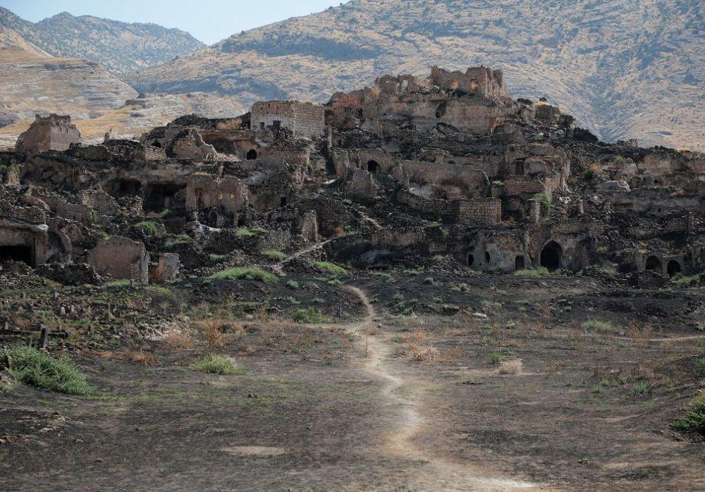 Geçen yaz temmuz ayında Ilısu Barajı'nın su tutmaya başlamasıyla birlikte, Mardin, Siirt, Şırnak ve Batman'a bağlı onlarca köy su altında kaldı.