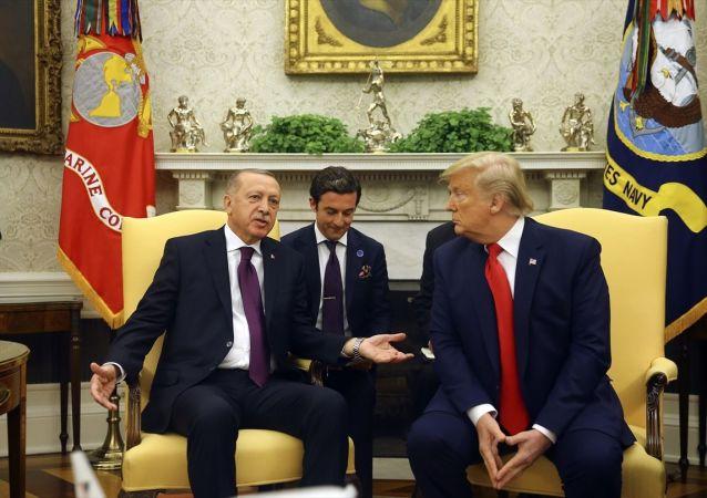 Türkiye Cumhurbaşkanı Recep Tayyip Erdoğan ve eşi Emine Erdoğan, ABD Başkanı Donald Trump ve eşi Melania Trump tarafından Beyaz Saray'da resmi törenle karşılandı.