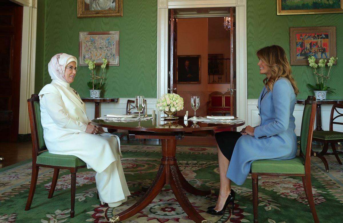 Karşılama töreninin ardından Emine Erdoğan ve Melanie Trump bir araya geldi.