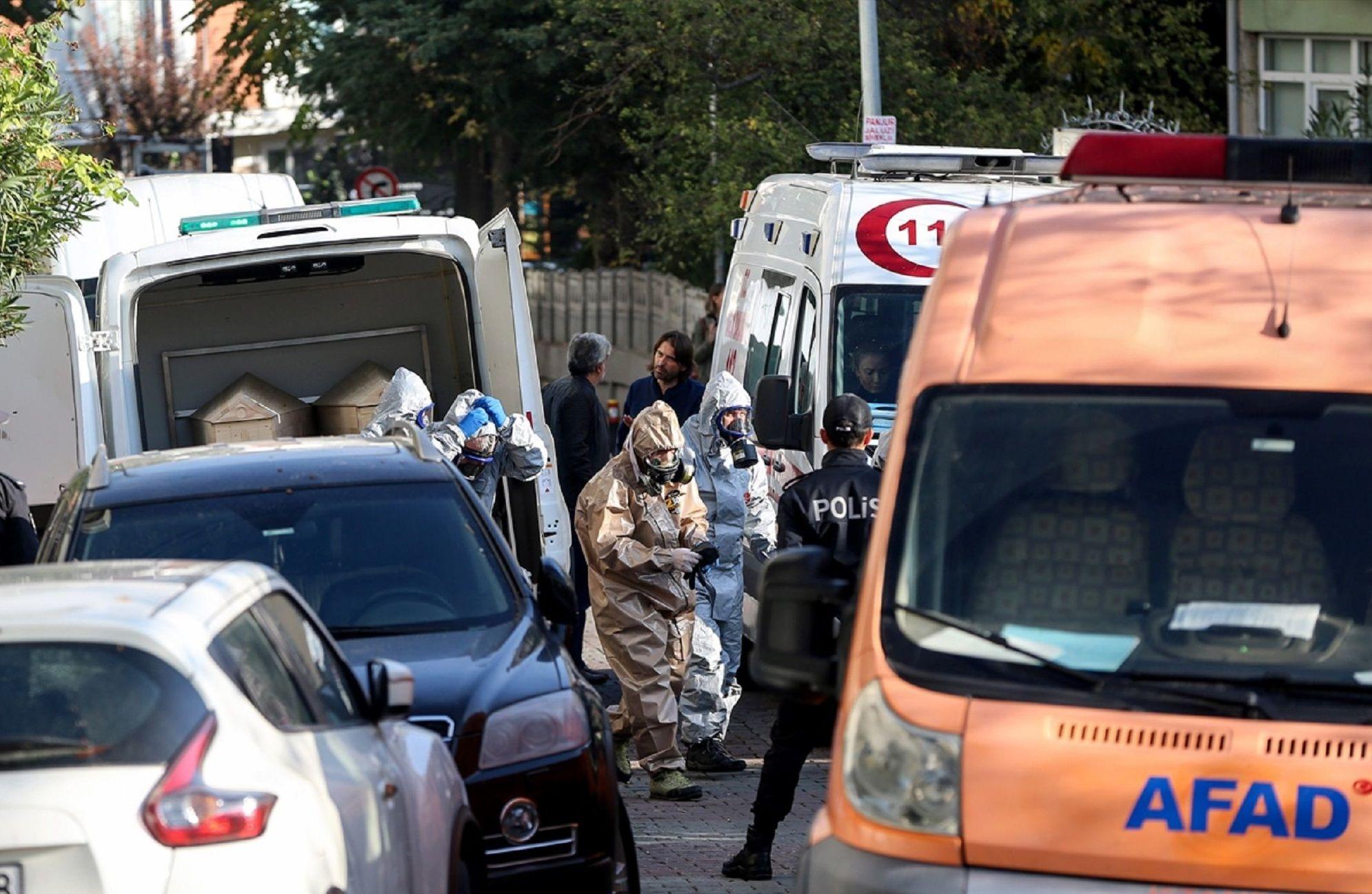 Bakırköy'de evlerinde ölü bulunan 1'i çocuk 3 kişinin cenazesi, Adli Tıp Kurumuna götürüldü.