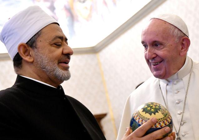 Katoliklerin ruhani lideri Papa Francis, El-Ezher Kurumu Şeyhi Ahmed et-Tayyib ile görüştü.