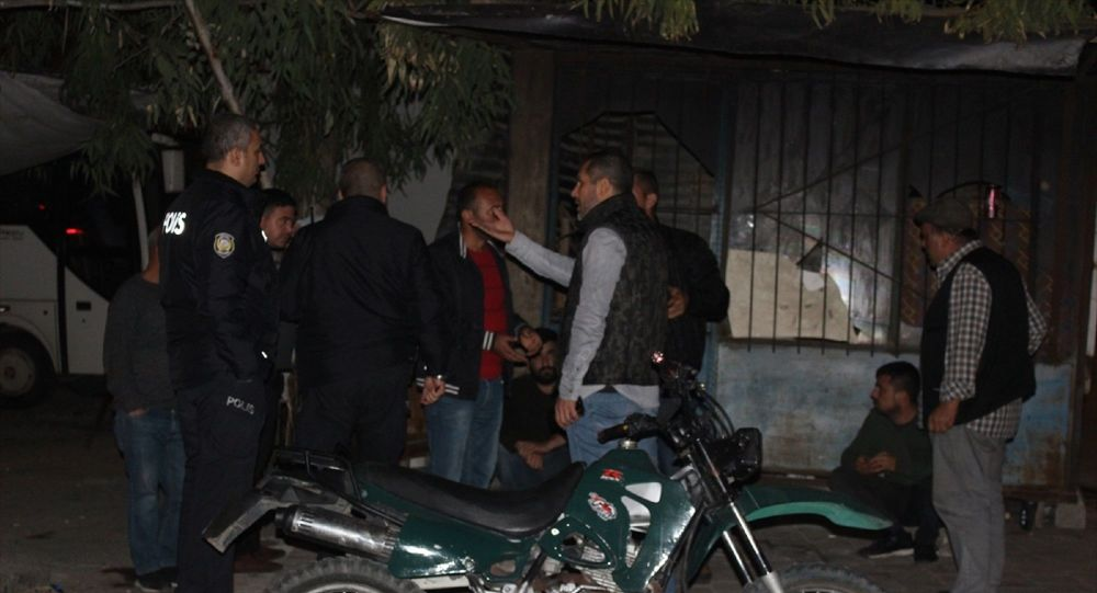 Adana'da sohbet etmek için toplanan arkadaş grubuna, motosikletli 2 kişinin tabancayla ateş etmesi sonucu 2 kişi yaralandı. Polis, şüphelileri yakalamak için çalışma başlattı.