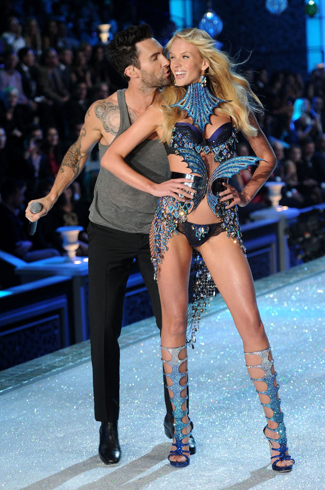 2011 yılında New York'ta gerçekleşen Victoria's Secret şovunda yer alan model Anne V Maroon 5 grubunun solisti Adam Levine ile podyumda.