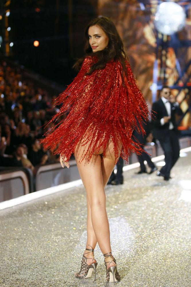 Dünyaca ünlü model Irina Shayk, 2016 yılında Paris'te düzenlenen Victoria's Secret şovu sırasında.