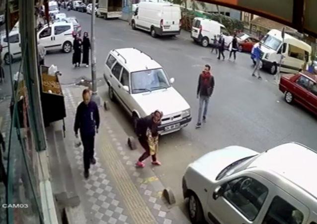 Tırnakçılık yaparken fark edildi, cadde üzerinde soyunarak gözden kayboldu