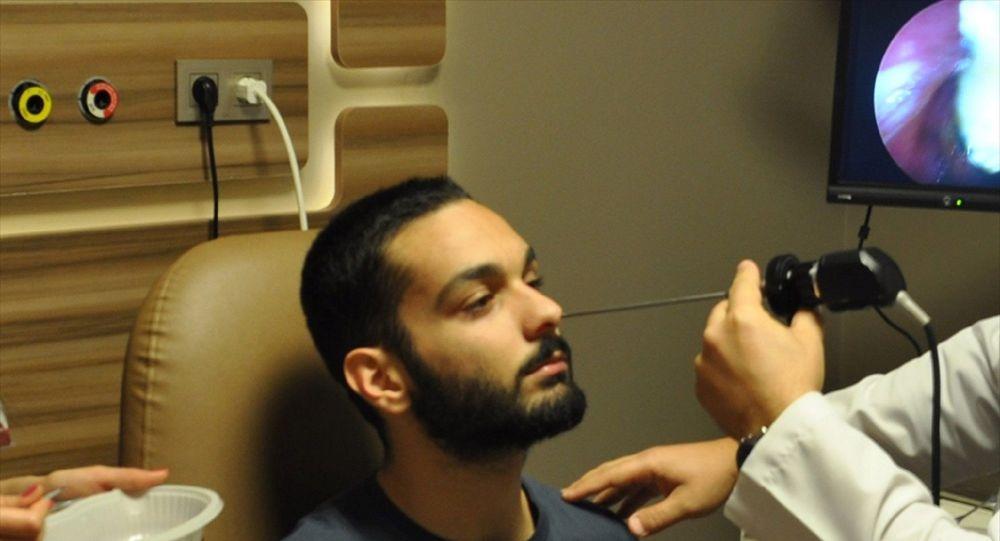 Denizli'de yaşayan Utku İyigün'ün, nefes alamama şikayetiyle gittiği hastanede yapılan muayenesinde burdunda tespit edilen diş kökü operasyonla alındı.