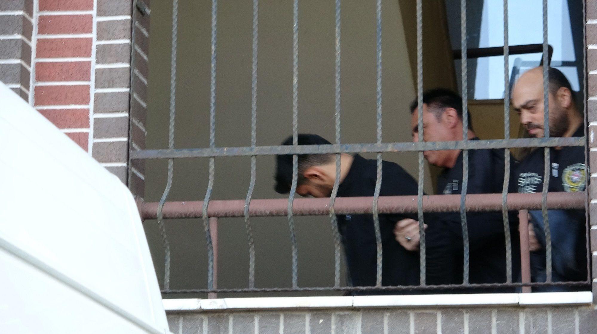 Polis ekipleri, Zafer P.'nin çıkışı sırasında, gazetecilerin görüntü almaması için ekip aracını adeta adliye binasının içine kadar soktu. Zanlı üst kattaki merdivenler inişinde kısa süre görüntülenirken, ekip aracına bindirildikten sonra adliyeden götürüldü.