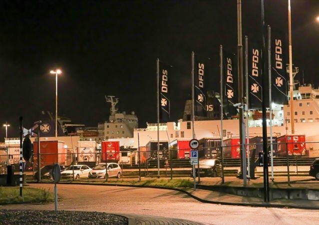 Hollanda'da bir kargo gemisinde bulunan dondurucu konteynerde 25 kaçak göçmen bulundu.