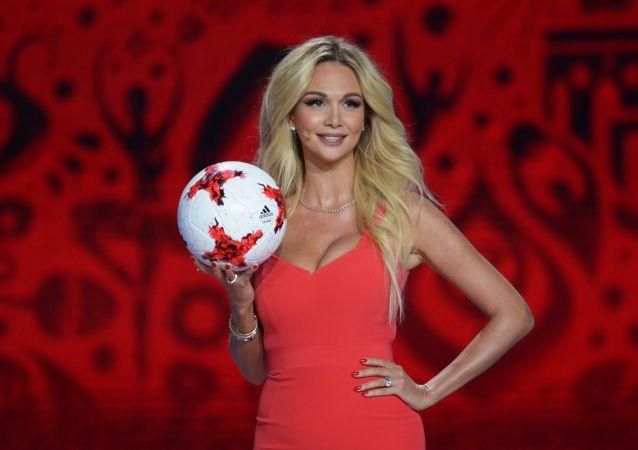 2003 yılında Rusya Güzeli seçilen model ve TV sunucusu Viktoriya Lopyreva, BM İyi Niyet Elçisi seçilip FIFA'nın elçiliğini de üstlendi.