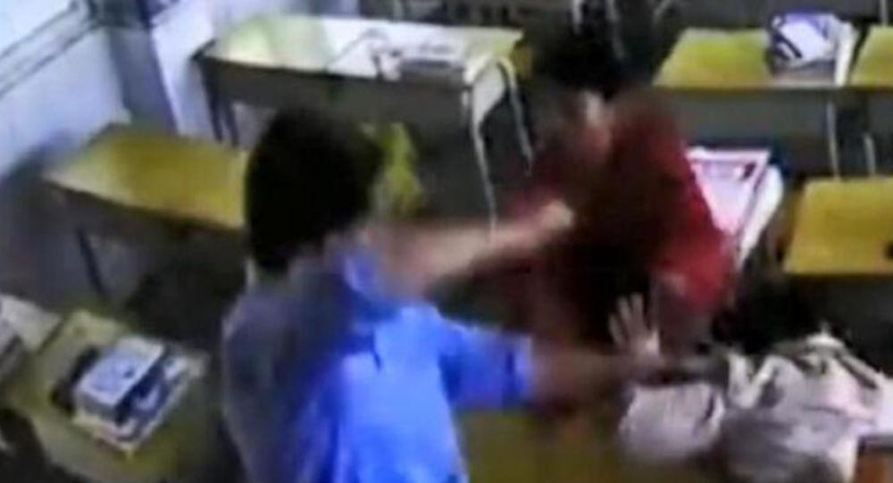 Saldırgan erkek, kadın öğretmeni sınıfta defalarca yumrukladı