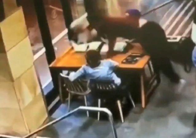 Avustralya'nın Sydney kentinde, bebek bekleyen Rana Elasmar isimli Müslüman kadın, kendisi gibi başörtülü arkadaşlarıyla kafede otururken bir erkeğin saldırısına uğradı.
