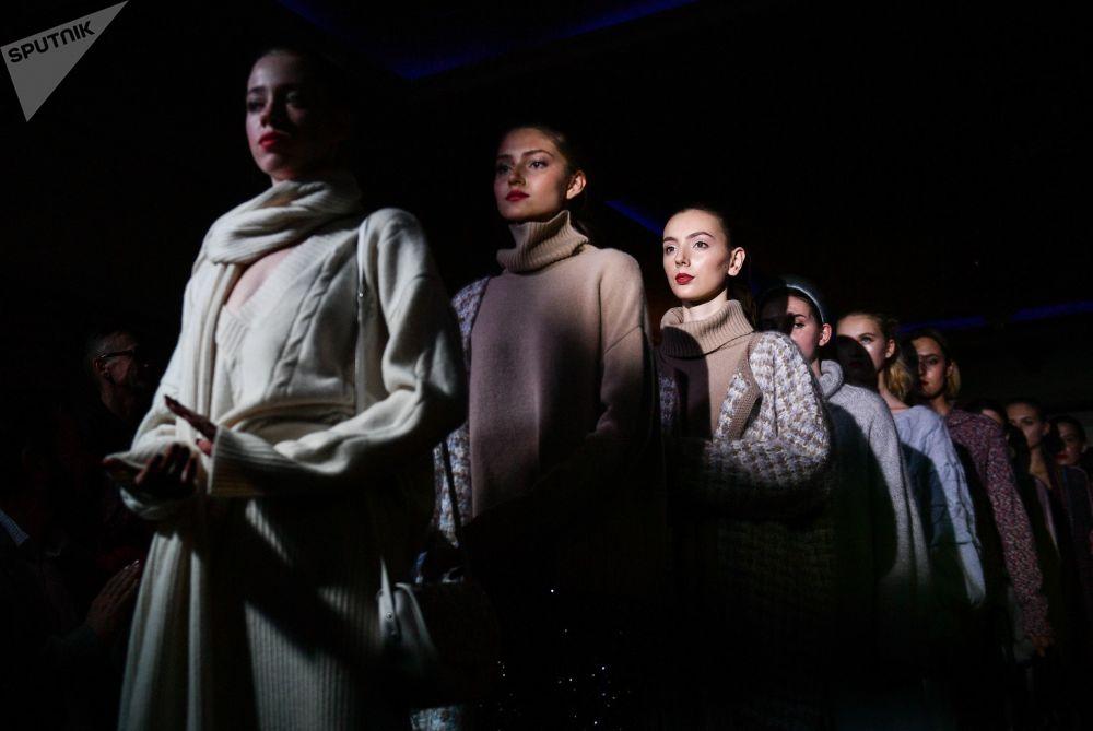 Kırım Moda Haftası kapsamında ünlü TV  sunucusu Anfisa Çehova'nın By Che markasının yeni koleksiyonunun tanıtıldığı defileden bir kare.