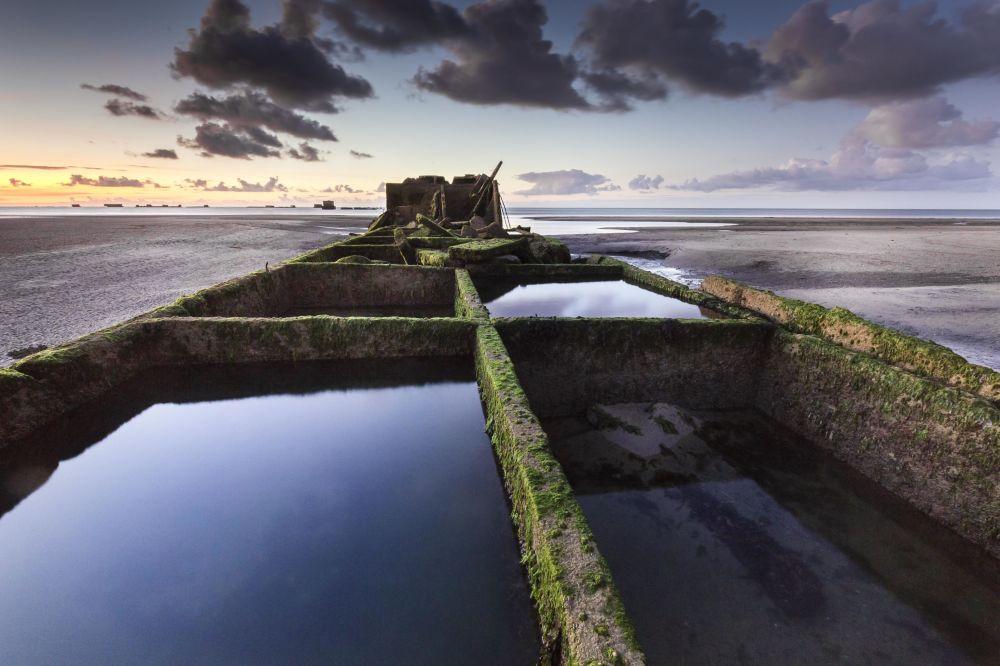 Yarışmayı kazanan Stephane Hurel'in fotoğrafında II. Dünya Savaşı'nın dönüm noktası sayılan Normandiya çıkarmasının yapıldığı Arromanches Plajı ve geçici Mulberry Limanı'nın ilgi çekici enkazı görüntülendi.