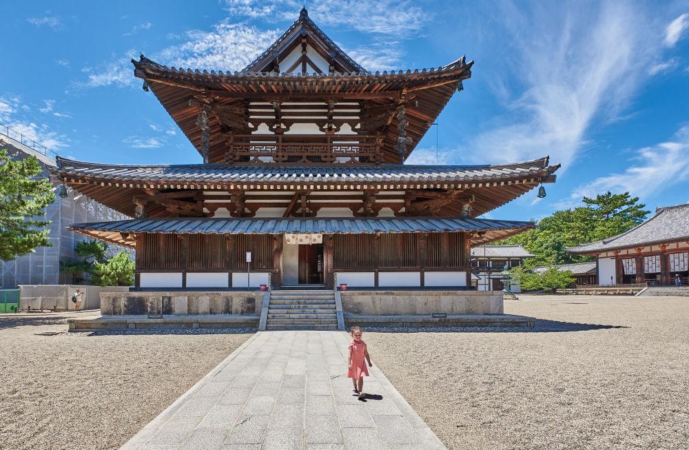 Yarışmanın finalistlerinden Sara Rawlinson,  Japonya'nın Nara eyaletindeki Horyu-ji Tapınağı'nı görüntüledi. MS 607 yılında kurulan bu tapınak Japonya'daki en eski Budist mabetlerinden biri. Japonya'daki çoğu tapınağın aksine yıkılıp sonra yeniden inşa edilmemiş, hala özgün halini koruyor ve bu da ona dünyanın en eski ahşap yapısı unvanını kazandırıyor. Ayrıca UNESCO koruması altındaki bu tapınağın beş katlı pagodası da türünün en eski örneği.
