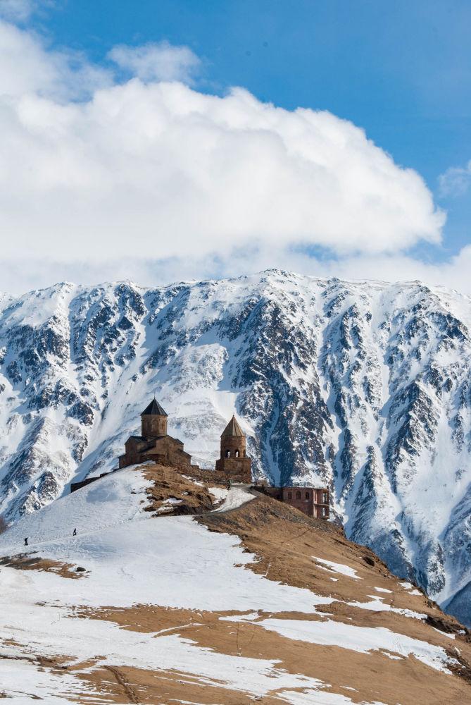 2019 Tarihi Mekanlar Fotoğrafçılık Yarışması'nda finale kalan isimlerden  Iuliia Pasechnaia'nın fotoğrafında Gürcistan'ın en güzel yerlerinden birinde, Kazbeki Dağı eteklerindeki Gergeti köyünde yer alan Gergeti Kutsal Üçlü Kilisesi görüntülendi. 14. yüzyılda deniz seviyesinden 2170 metre yüksekte inşa edilmiş olan kilise, bölgedeki tek çapraz kubbeli kilise olma özelliği taşıyor.