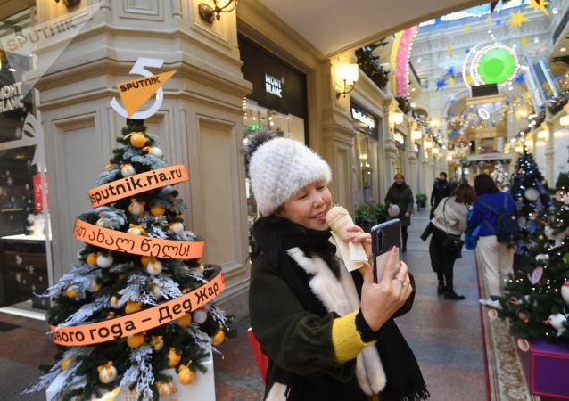 GUM'da Sputnik Yeni yıl ağacı
