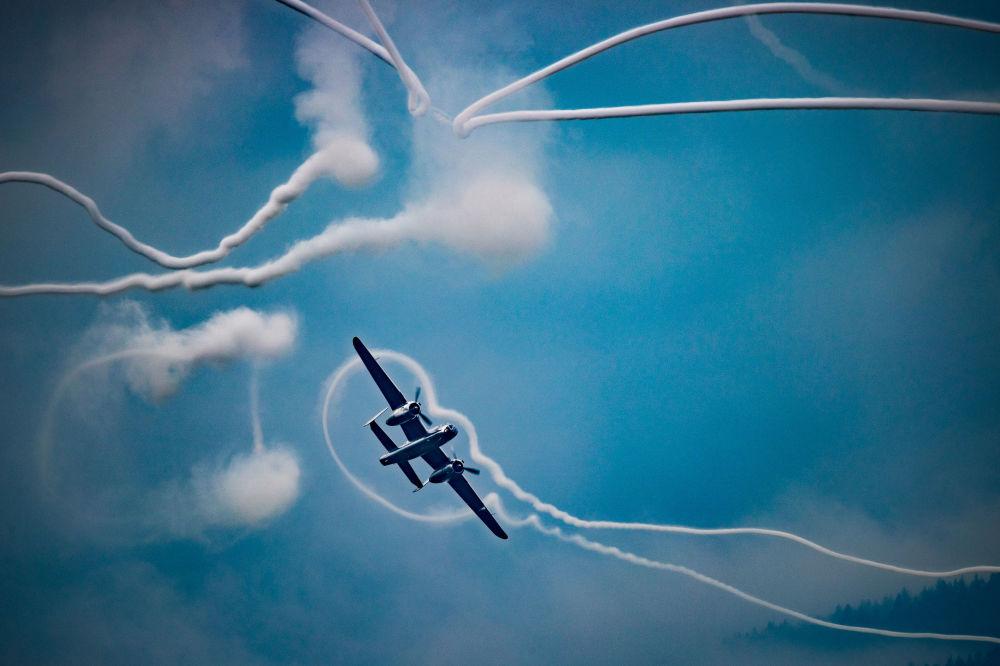 Flying Bulls isimli hava akrobasi ekibinin uçağı,  Avusturya'daki Hinterstoisser Hava Üssü'nde düzenlenen AirPower 2019 etkinliği kapsamında gösteri uçuşunu gerçekleştiriyor.