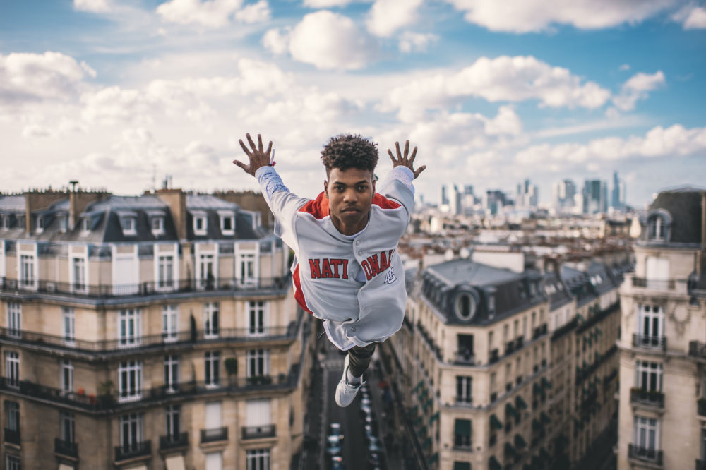 Fransa'nın başkenti Paris'te düzenlenen World Bull Dance Your Style Yarışması öncesi kameraların önünde poz veren Küba'lı  yarışmacı Lment.