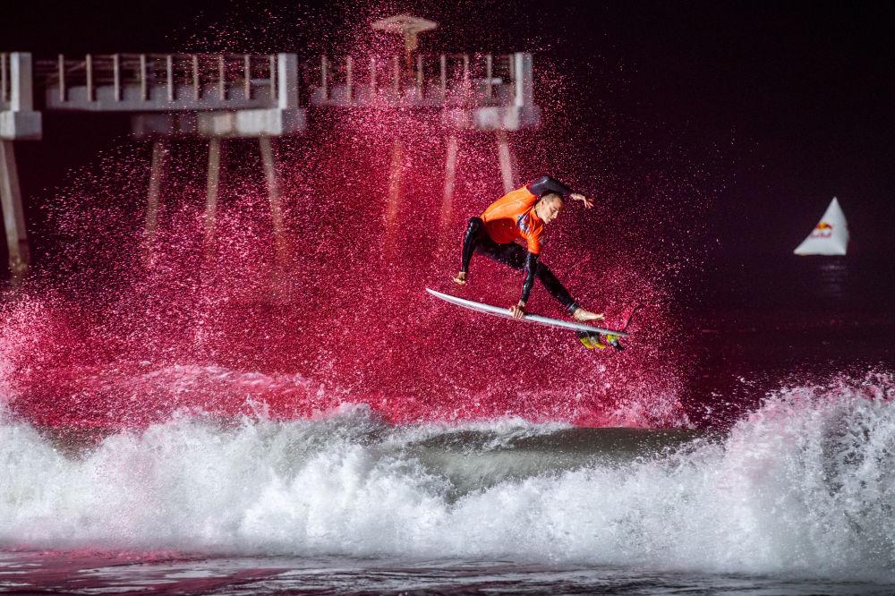 ABD'de yapılan Red Bull Night Riders etkinliğine katılan sörfçu Balaram Stack'ın gösterisinden bir kare.