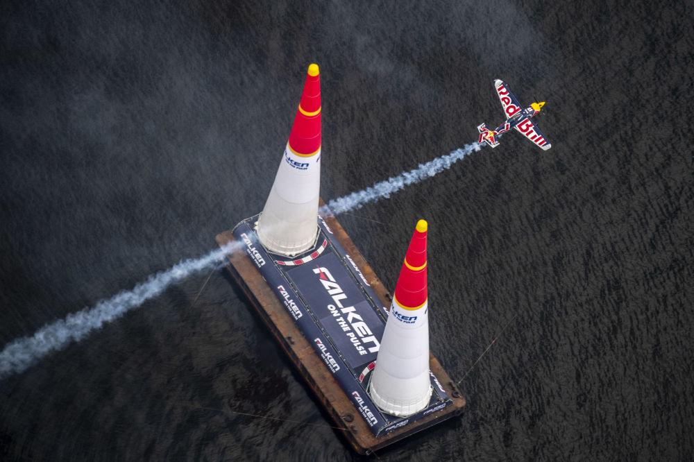 Japonya'nın ev sahipliği yaptığı Red Bull Air Race Dünya Şampiyonası'na katılan Avustralyalı pilot Matt Hall'un gösteri uçuşundan bir kare.