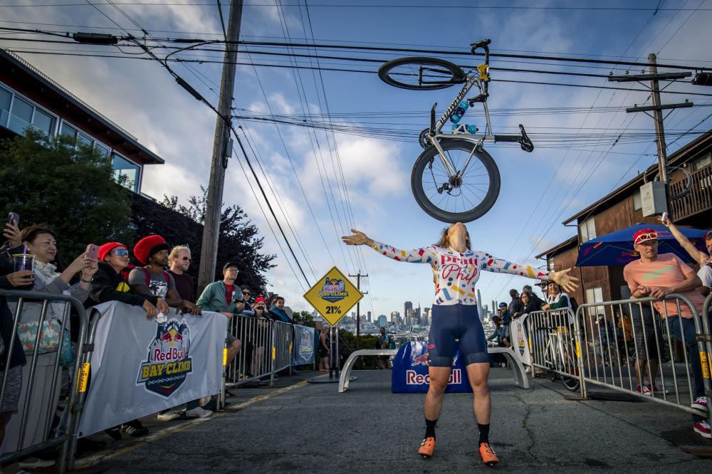 Bisiklet yarışçısı Dani Morshead, ABD'nin San Francisco kentinde düzenlenen Red Bull Bay Climb yarışı sonrası marifetini sergiliyor.