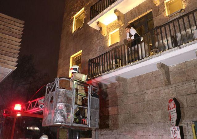 Bursa'da, konakladığı otel odasındaki sesten korkarak pencereden kaçan kadın, bir bankanın balkonunda mahsur kaldı.