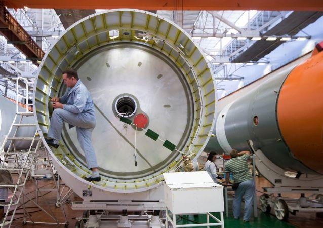 Rusya Federal Uzay Ajansı Roscosmos, Soyuz-2 roketlerinin montajının son aşamasında çekilen fotoğrafları yayınladı.