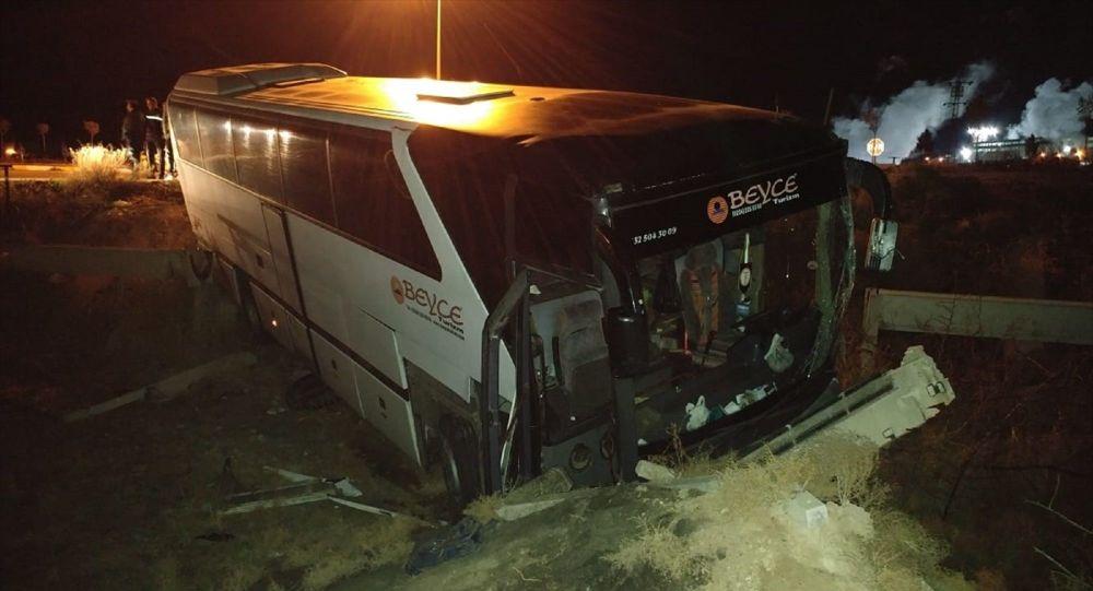 Konya'nın Ereğli ilçesinde, Bursaspor taraftarlarını taşıyan otobüsün tır ile çarpışması sonucu 15 kişi yaralandı.