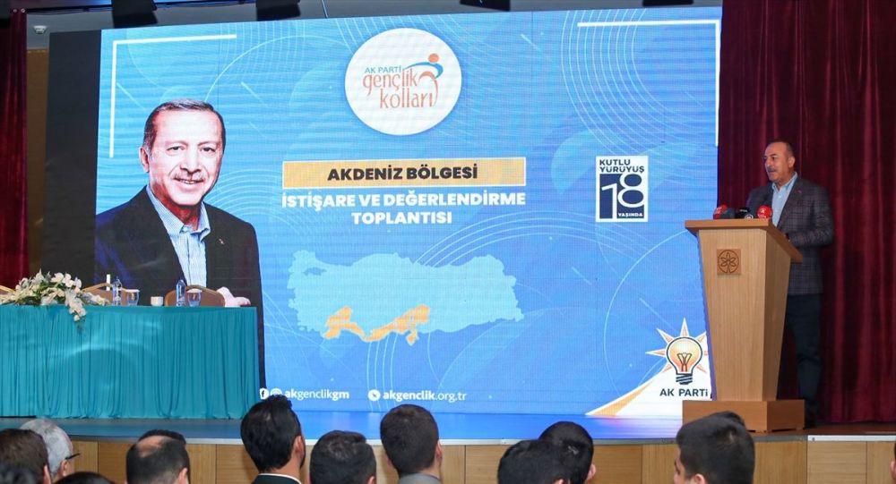 Dışişleri Bakanı Mevlüt Çavuşoğlu, Antalya'nın Alanya ilçesinde düzenlenen AK Parti Gençlik Kolları Akdeniz Bölge Toplantısı'na katıldı. Toplantıya AK Parti Genel Başkan Yardımcısı Erkan Kandemir de katıldı.