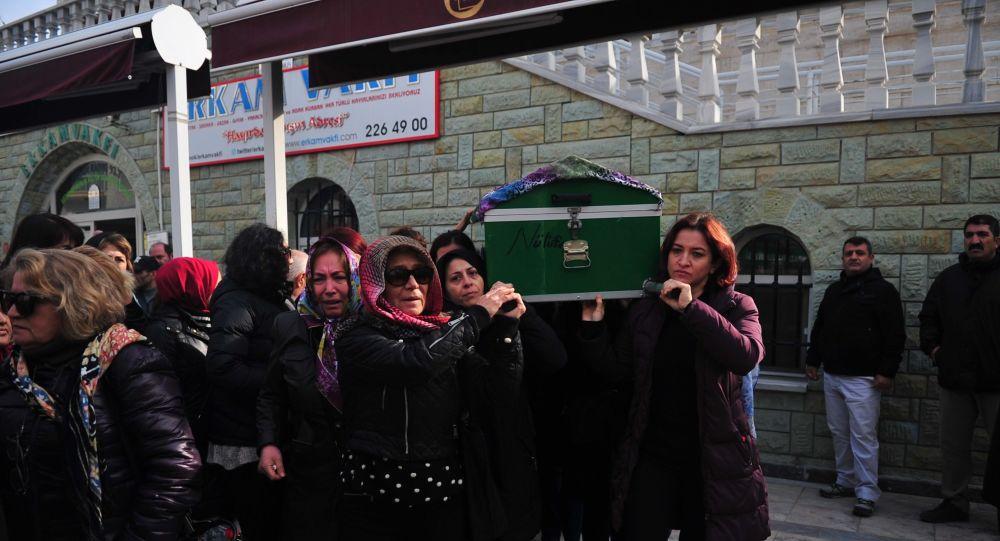 CENAZEDE FERYAT EDEN ANNE MERAL SONDİKME, NE İSTEDİN KIZIMDAN, AZRAİL GİBİ GEZDİ PEŞİNDEN DEDİ. (BURAK TEKİN - ÇAĞATAY GÜR - MUSTAFA KAPLAN/ESKİŞEHİR-İHA) Eskişehir'de eski kocasının satırla saldırmasından 44 gün sonra hayatını kaybeden Ayşe Tuğba Aslan, son yolculuğuna kadınların omzunda uğurlandı. Cenazede feryat eden anne Meral Sondikme, Ne istedin kızımdan, Azrail gibi gezdi peşinden dedi.