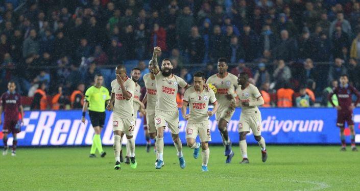 Süper Lig'in 13. haftasında Trabzonspor ile Galatasaray karşılaştı. Galatasaraylı futbolcular Nagatomo'nun attığı golün ardından sevinç yaşadı.