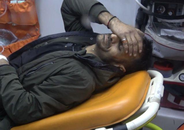 Bursa'da, iddiaya göre Serkan K. aşık olduğu Hatice S.'nin sevgilisi Abdullah A.'yı kıskandığı için silahla bacağından vurdu. Olay yerine gelen kız ise bacağına 3 kurşun isabet eden yaralı sevgilisini görüntüleyen İHA muhabirinin burnuna yumruk atarak hakaret etti.