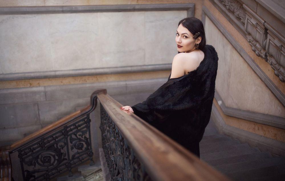 Yarışmanın katılımcılarından İtalya fotoğrafçının Elegance down the stairs isimli çalışması.