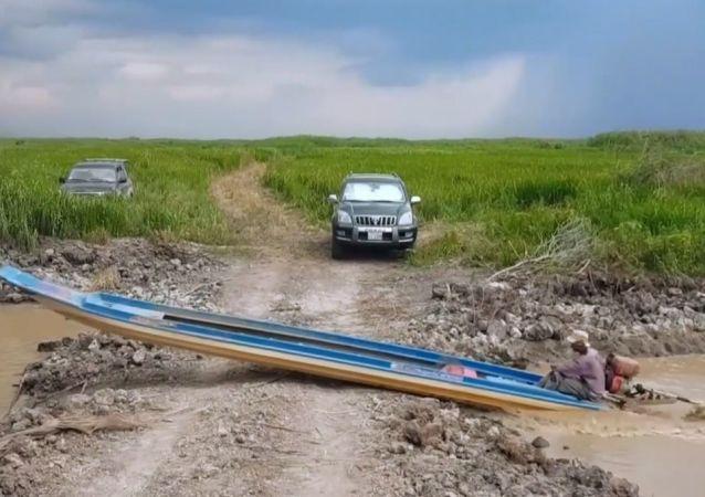 'Kestirmeden gidip' kara yolunu geçen Kamboçyalı tekneci, görenleri şaşırttı