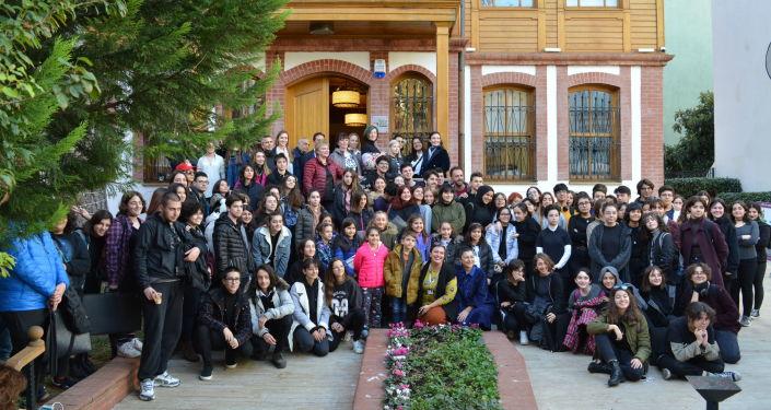 'Karşılıklı Bakışlar' resim yarışmasının katılımcıları