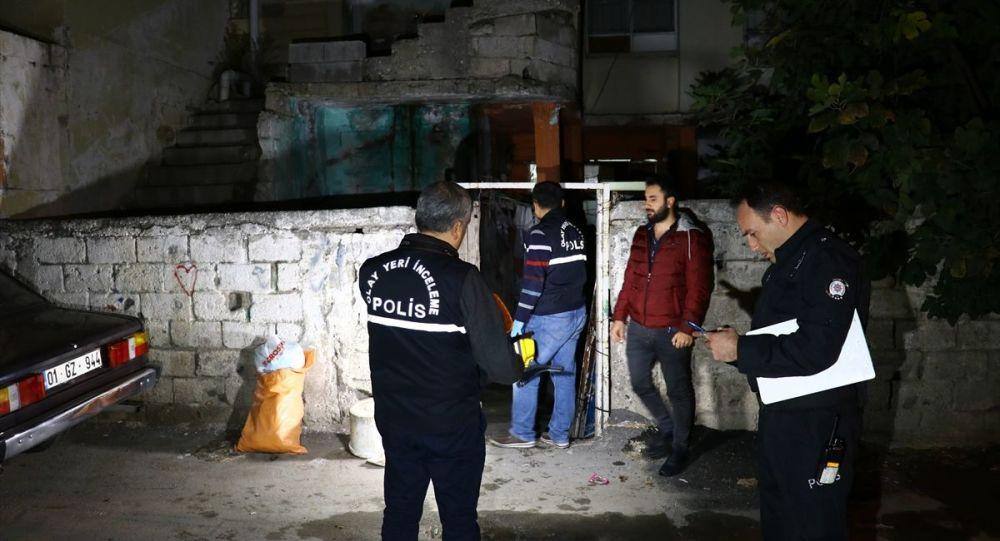 Adana'da bir evde biri kadın iki kişinin cesedi bulundu. Olay yeri inceleme ekipleri evde çalışma yaptı.