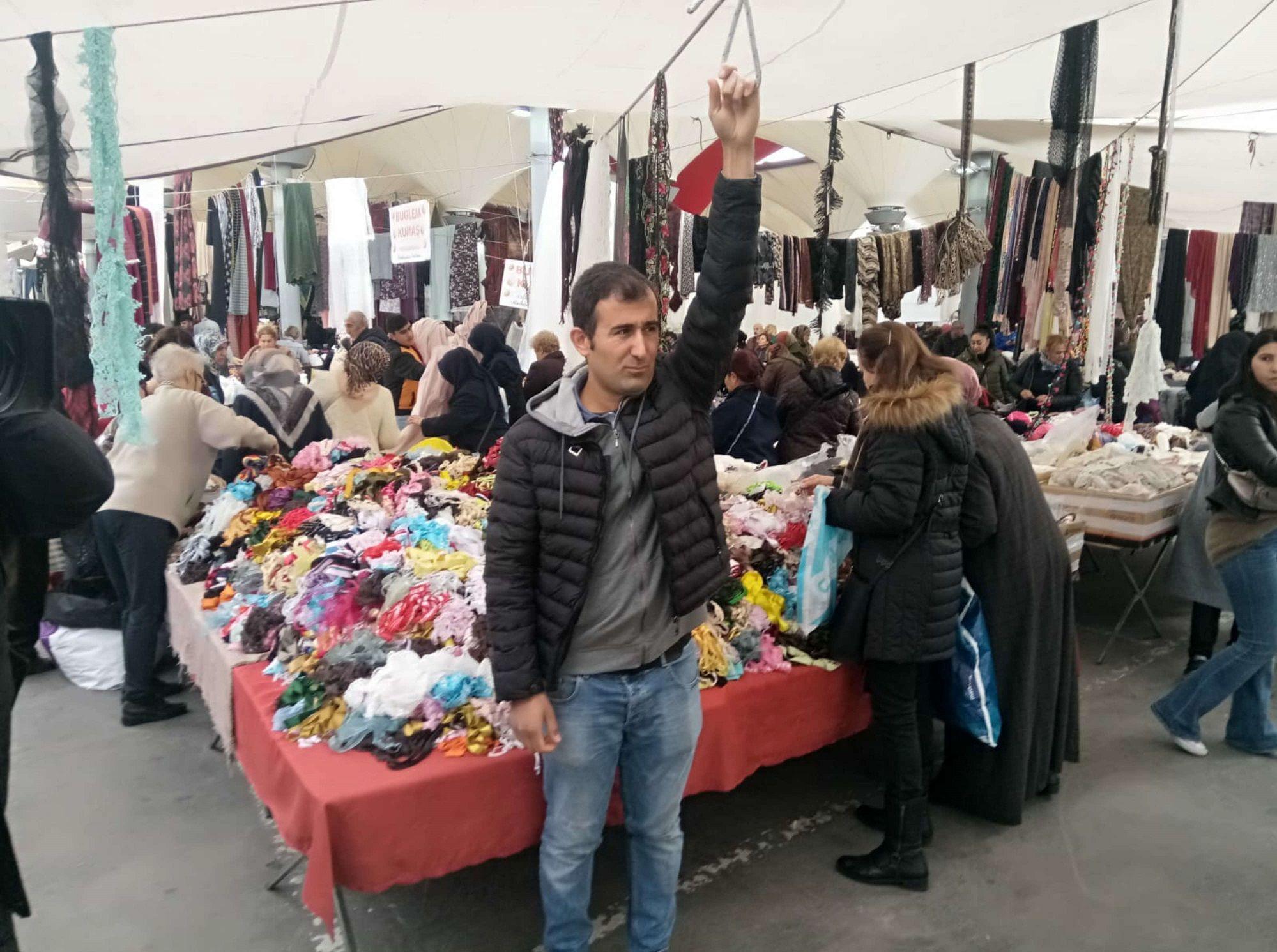 Kadıköy'de Mehmet Pekcan isimli pazarcının eli, çadırın ipine takılınca şiddetli rüzgarla birlikte metrelerce havalandı.
