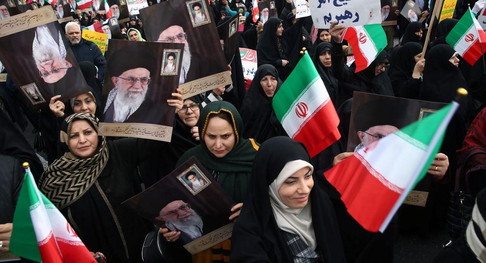Tahran'da benzin zammı protestolarının bastırılmasının ardından İran yönetimine destek gösterileri sahne aldı.