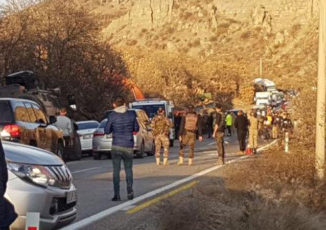 Tunceli'nin Pülümür ilçesinde operasyondan dönen askerleri taşıyan zırhlı araç devrildi. Kazada araçta bulunan bazı askerler yaralanırken, bölgeye çok sayıda ambulans sevk edildi.