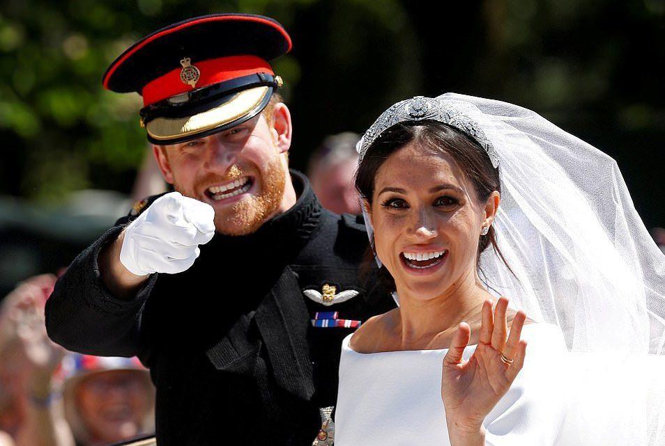 Ve sadece İngilizlerin değil, tüm dünyanın merak ettiği o düğün: Oyuncu Meghan Markle ile Prens Harry'nin düğünü…  Nişanlarını açıkladıkları günden itibaren evlenmelerine imkansız gözüyle bakılan iki isim, Kraliyet ailesinin katı kurallarını kırmayı başardı. Siyahi ve İngiliz olmayan bir gelin artık Kraliyet ailesindeydi.  Meghan Markle'ın Givenchy marka gelinliği de çok konuşuldu.