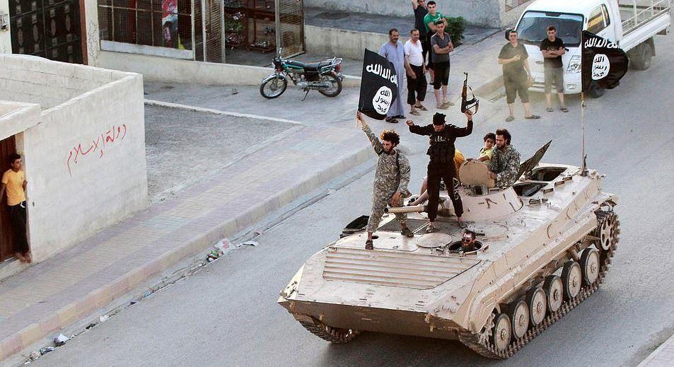 Terör örgütü IŞİD'in Rakka'da boy gösterdiği o kare… 30 Haziran 2014'te adeta gösteri yaparcasına IŞİD teröristleri tankların üzerinde uzun süre konuşulan o pozu veriyor.